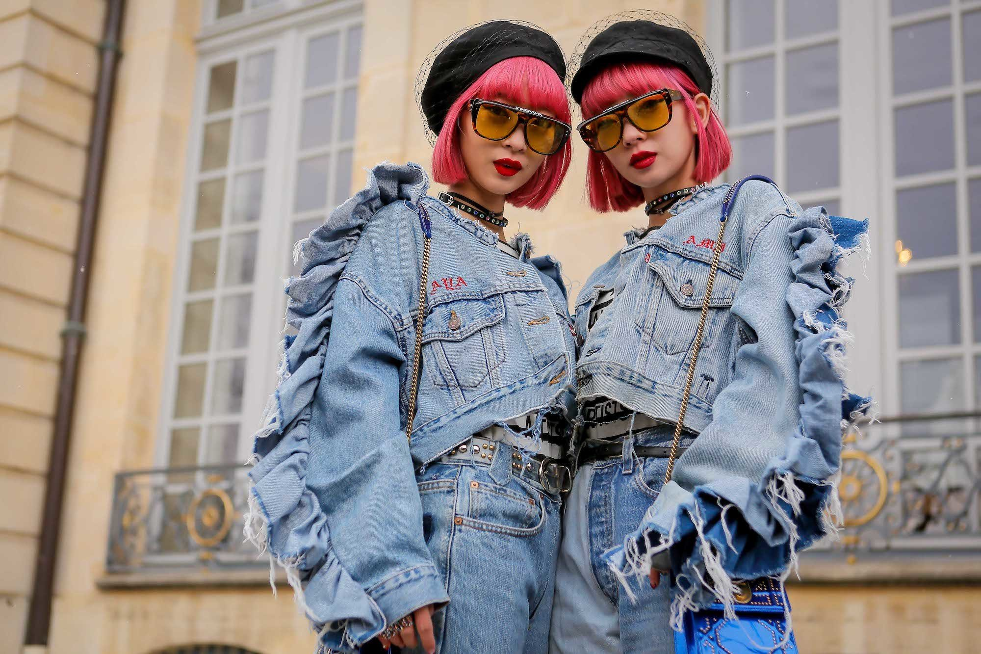Dua wanita Asia dengan rambut bob pendek warna pink