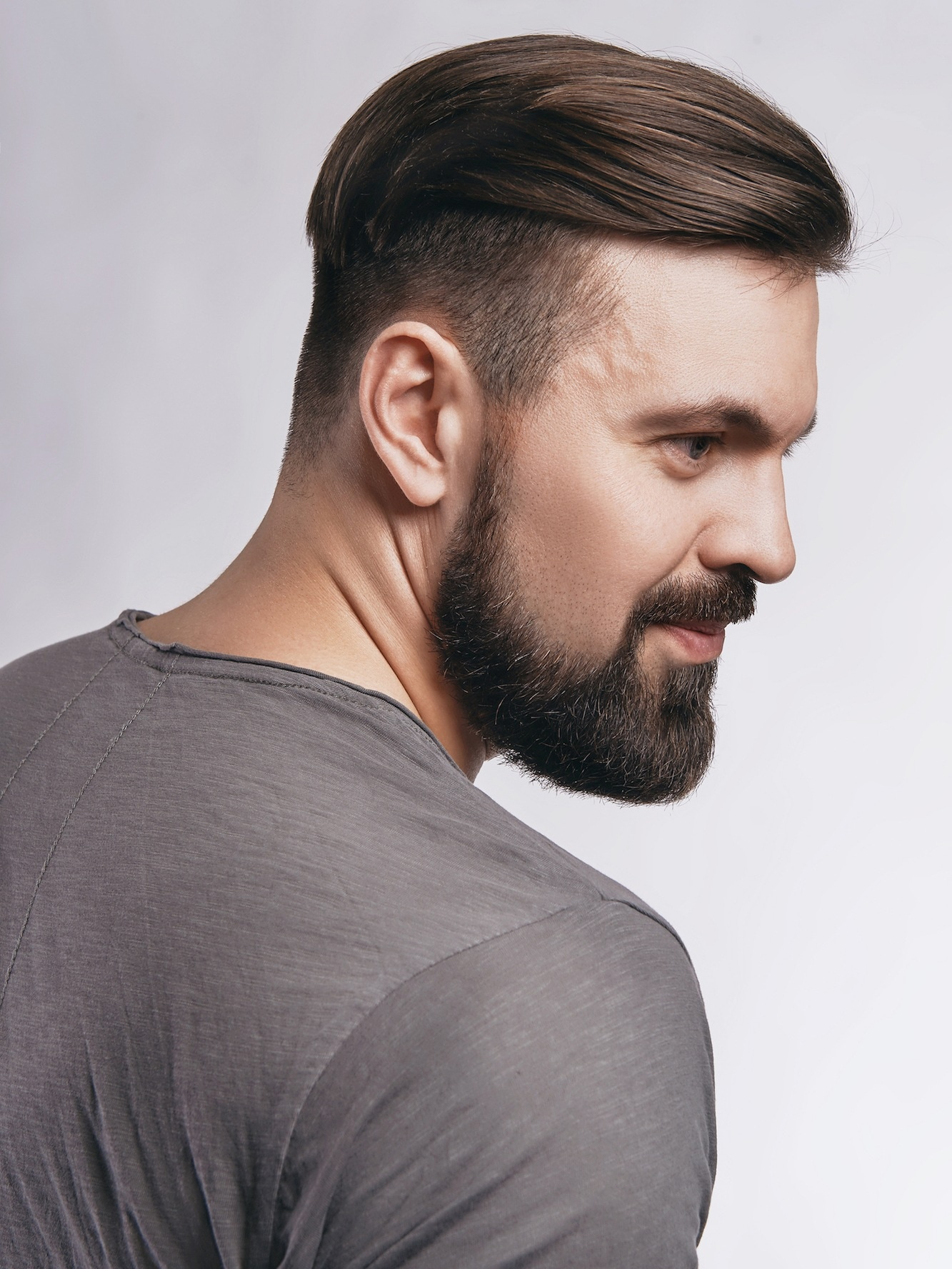 Rockabilly hairstyle dengan model rambut undercut dan gaya sleek.