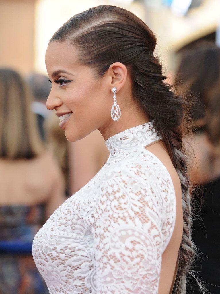 Dascha Polano dengan rambut warna French braid ombre silver.