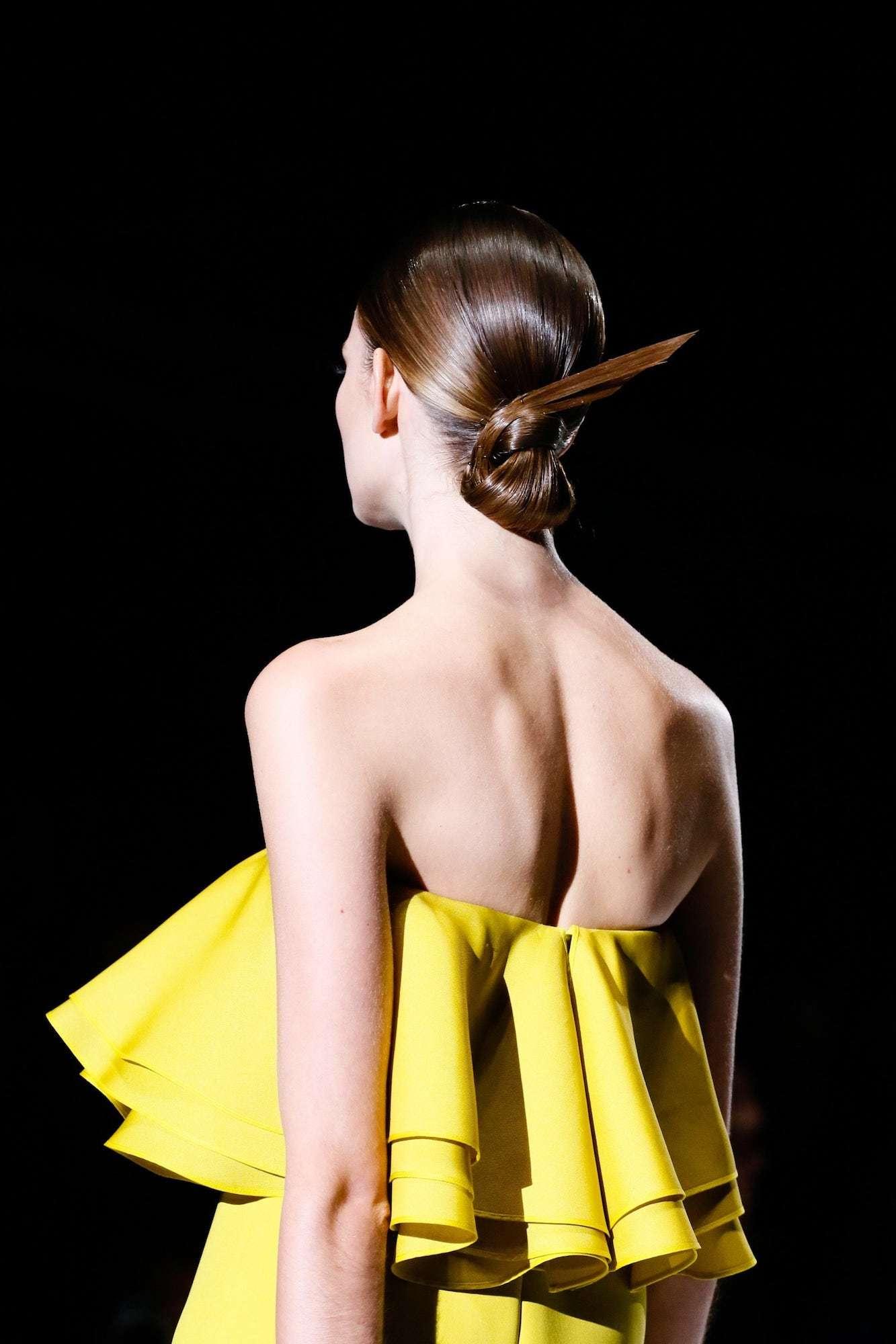 Gaya rambut sculptural chignon.