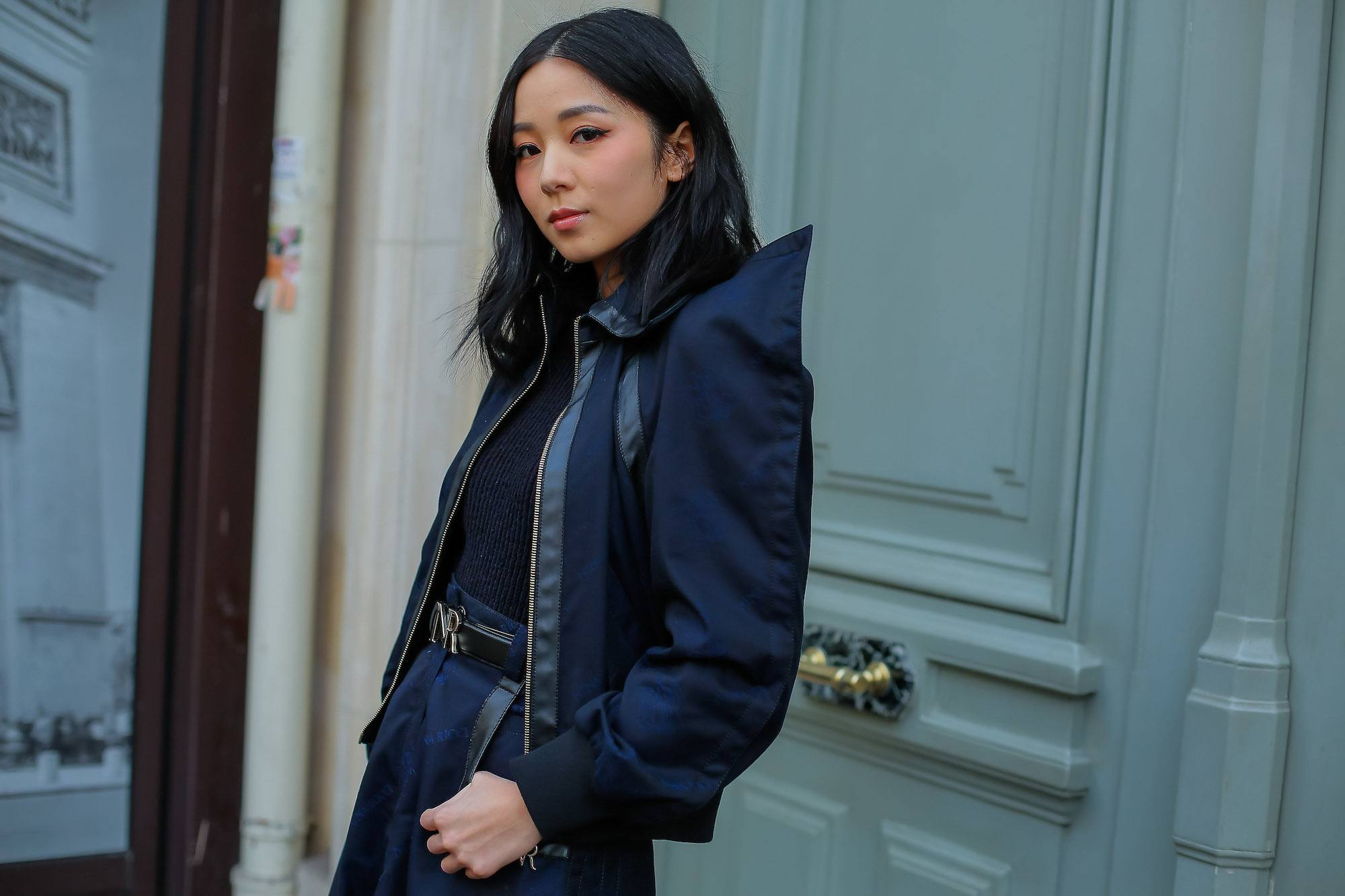 Bob panjang warna hitam StreetDay4 Paris Fashion Week.