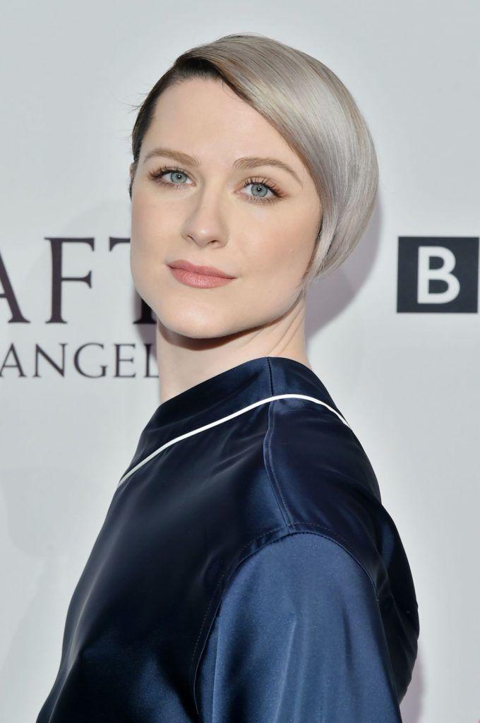 Evan Rachel Wood dengan rambut long pixie cut warna silver.