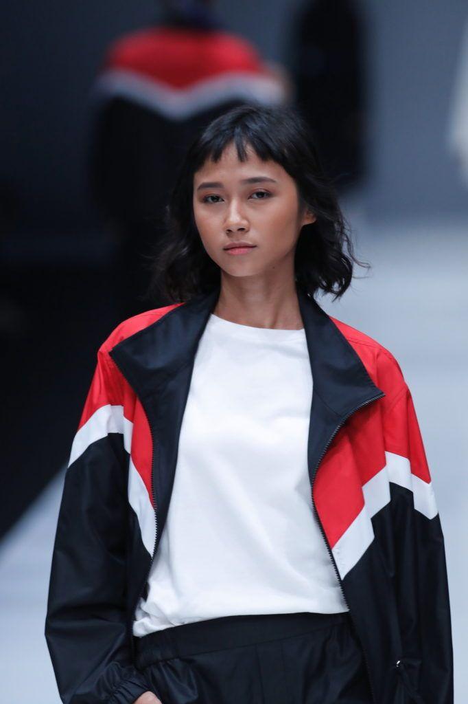 Wanita Asia dengan rambut pendek wavy micro bangs.
