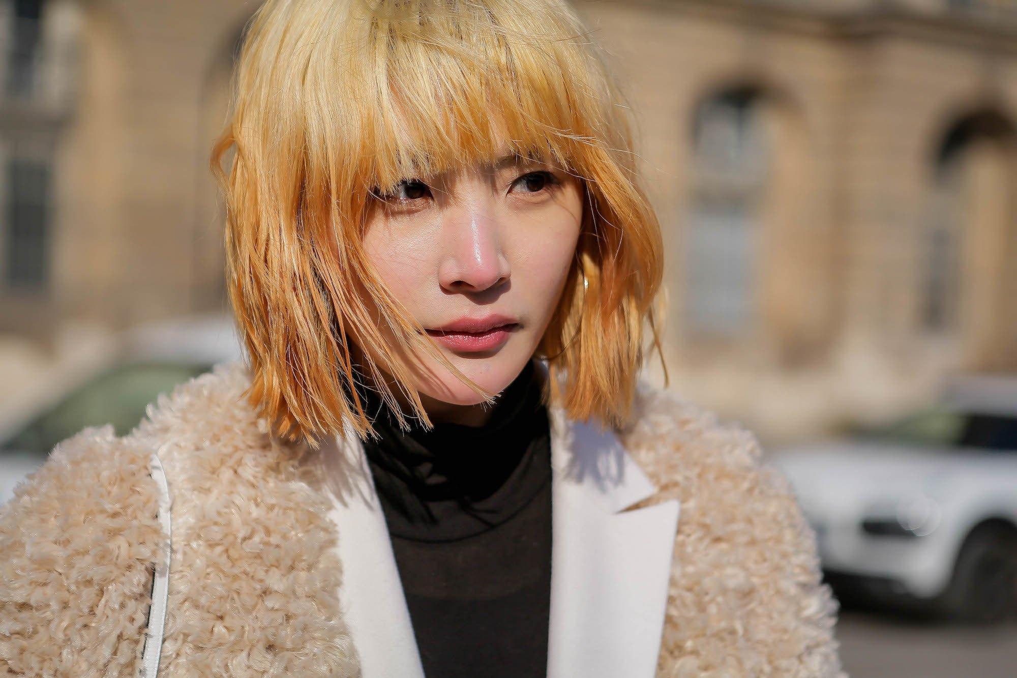 Wanita asia dengan warna rambut prang