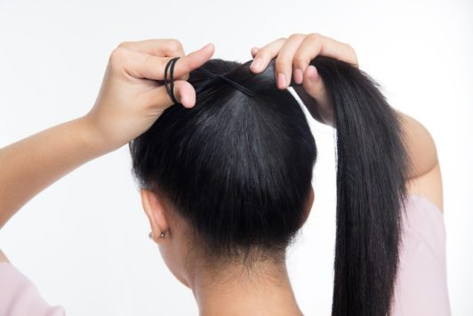 ikat rambut menjadi high ponytail