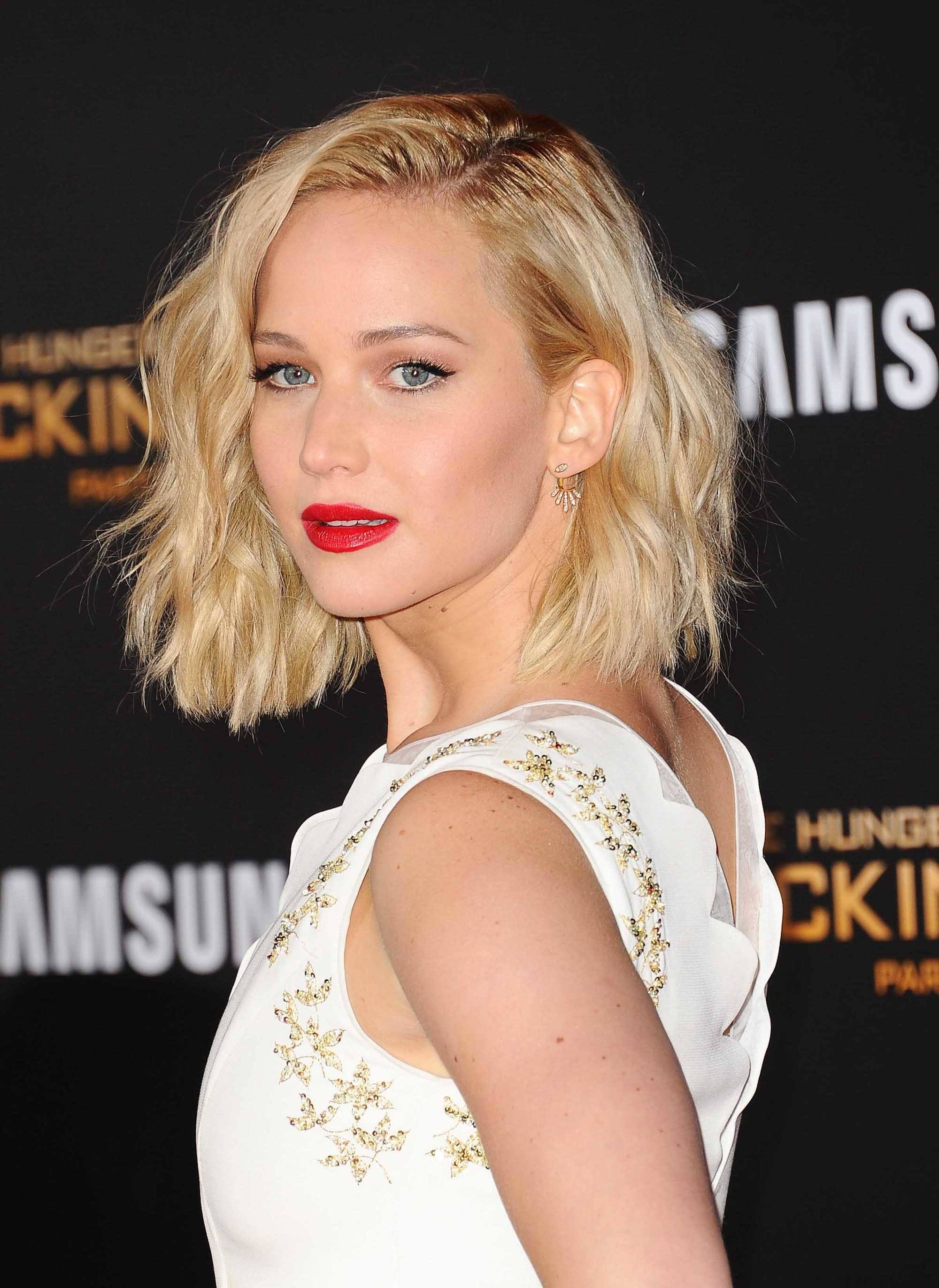 Jennifer Lawrence dengan bob sebahu gaya beach waves