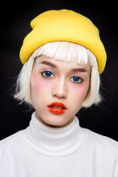 Wanita Asia dengan model rambut boyfriend bob warna bleached blonde.