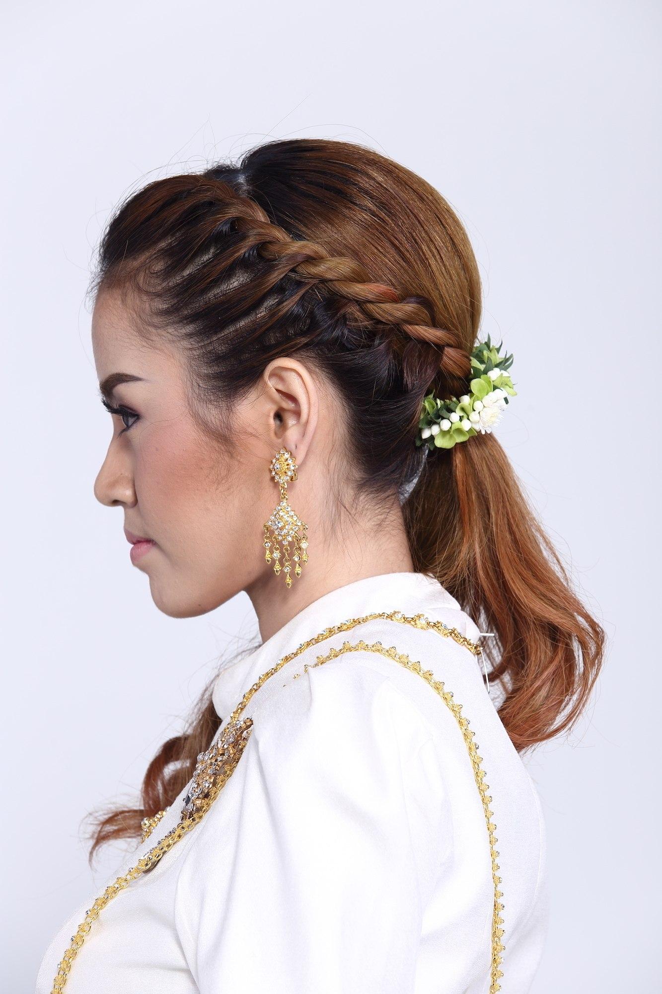 Braided ponytail model rambut pesta pernikahan modern.