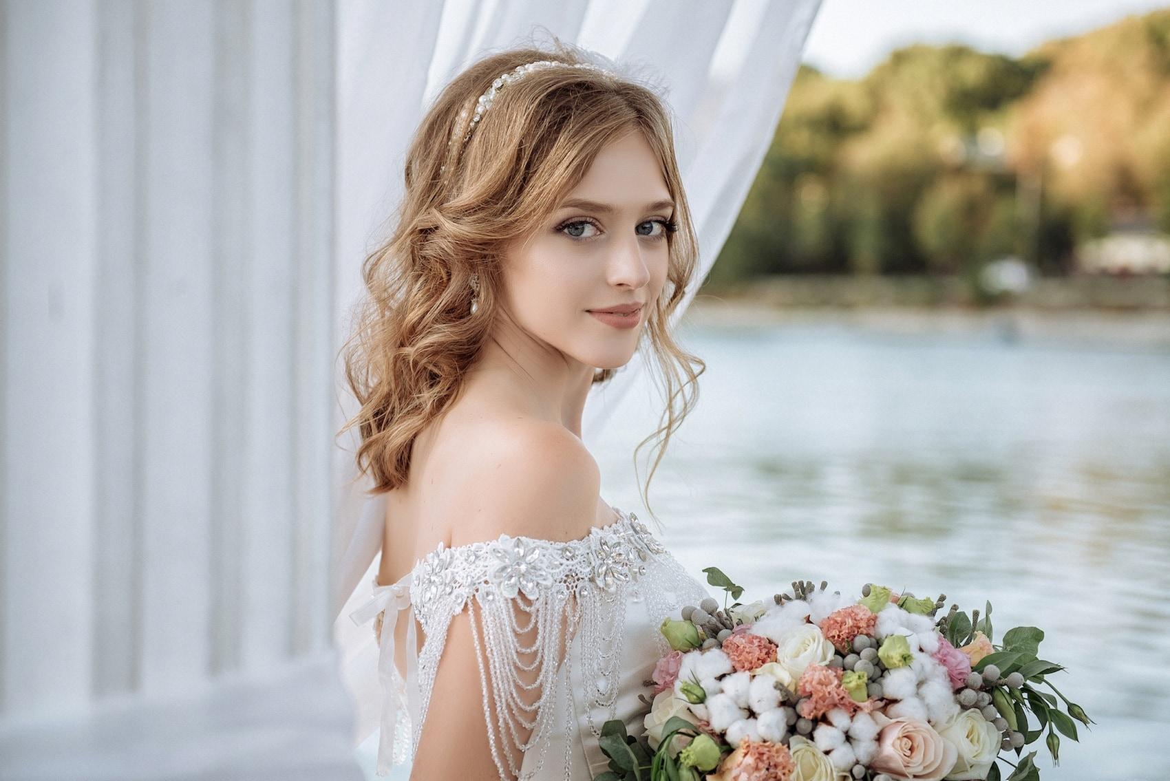 Half curl model rambut pesta pernikahan.