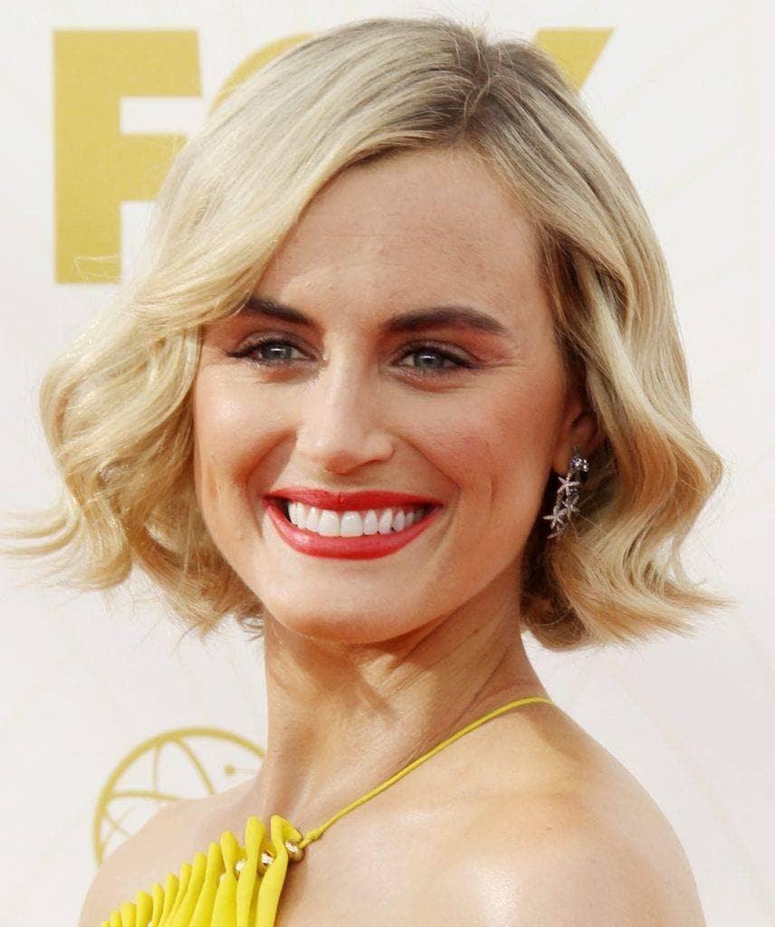 Taylor schilling rambut pendek bergelombang belah pinggir.