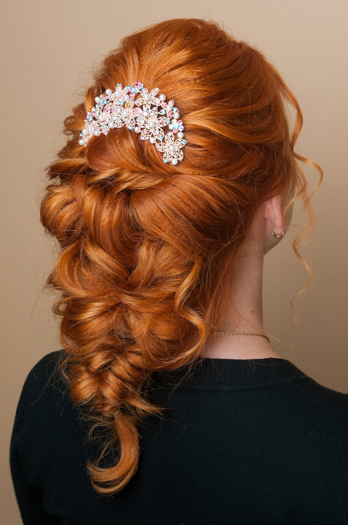 Pulled braid moden rambut pesta pernikahan.