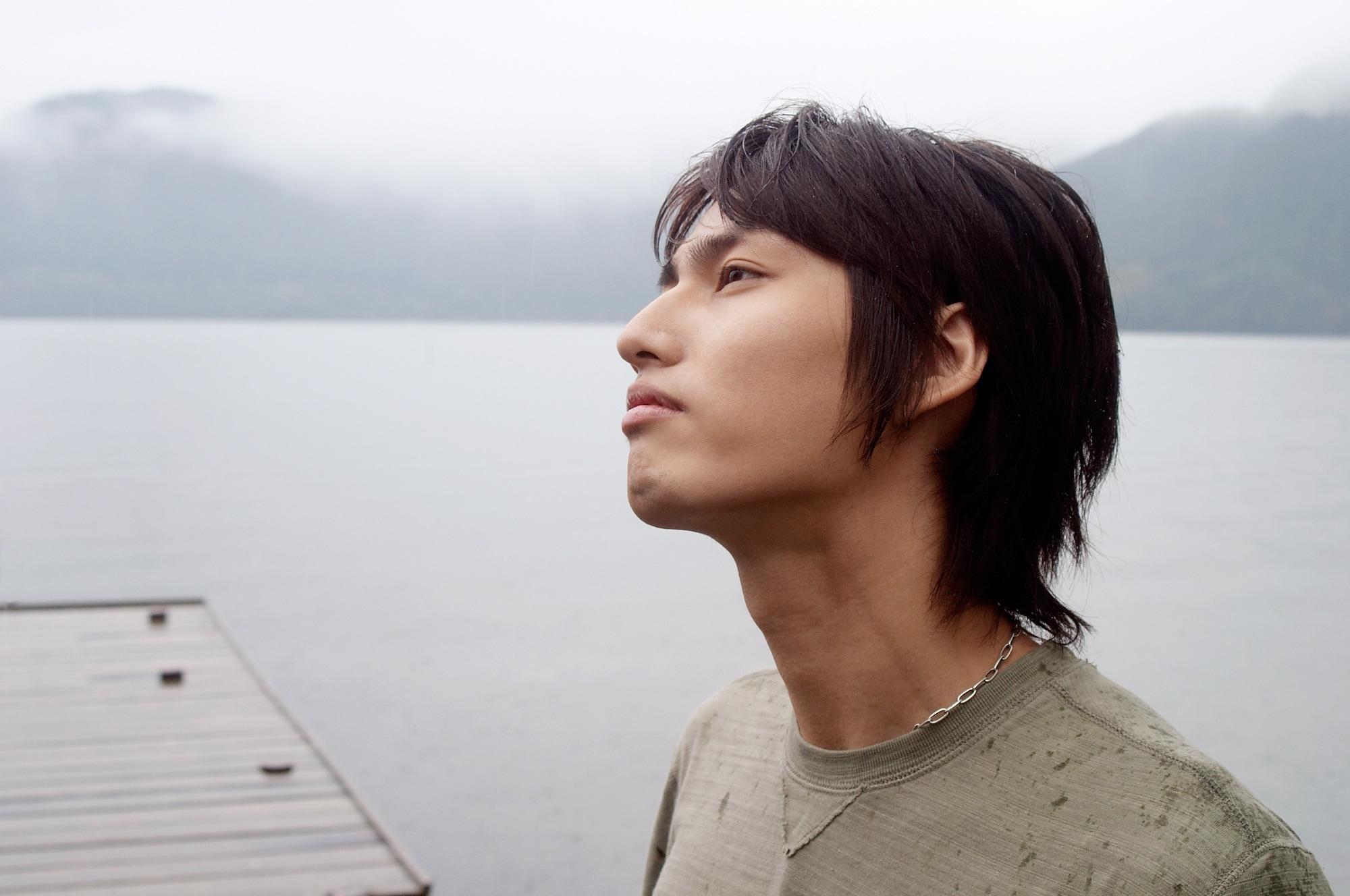 Model rambut pria jepang shaggy.