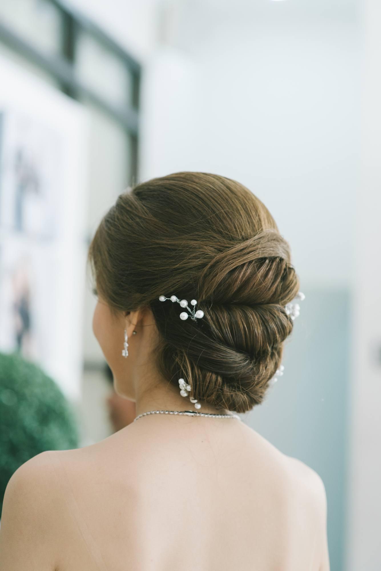 Twisted chignon model rambut pesta pernikahan.