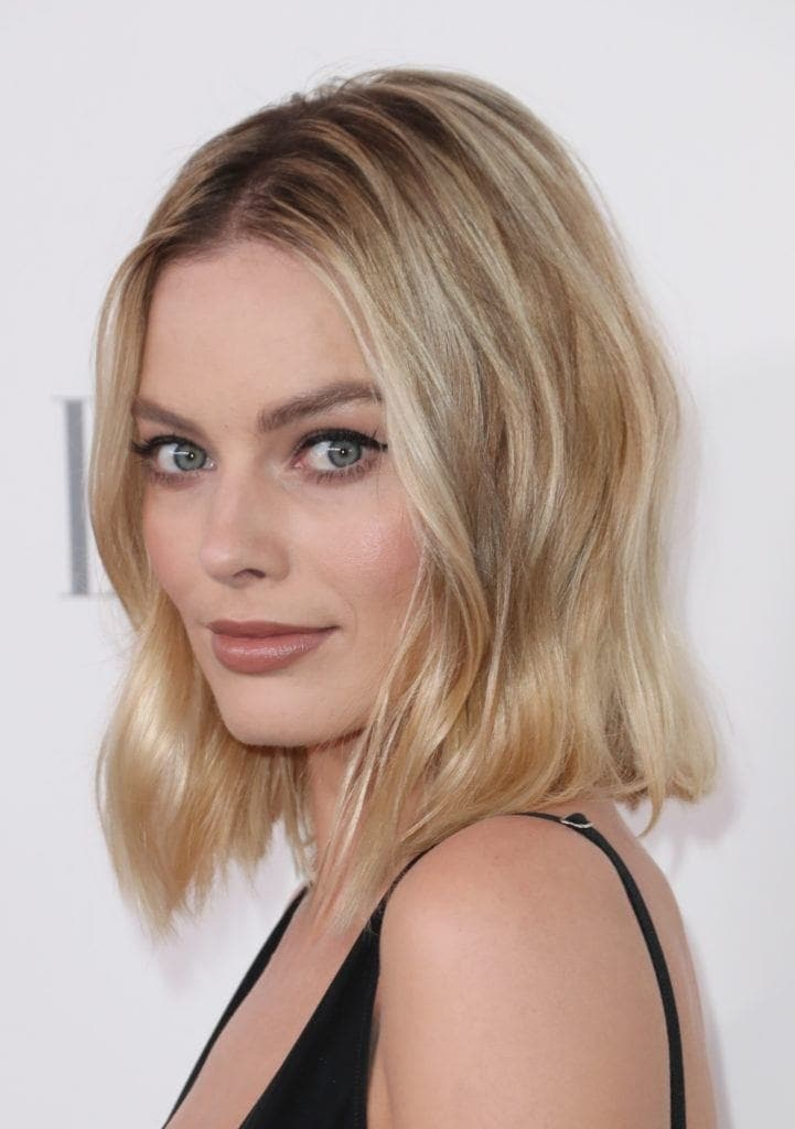 Margot Robbie loose wave rambut pendek bergelombang.