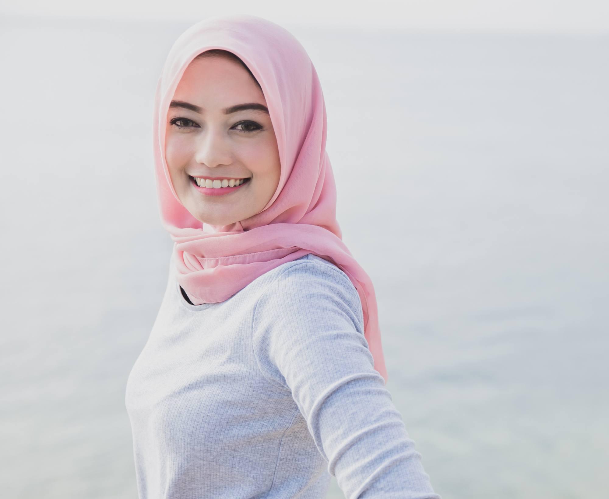 Wanita asia dengan hijab pink