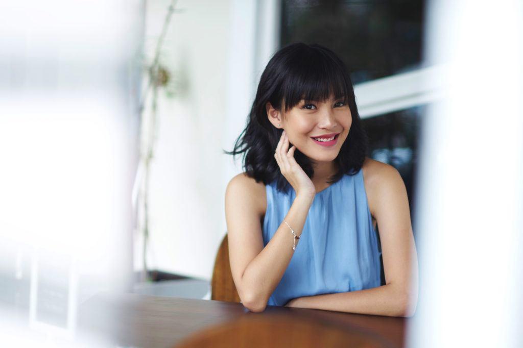 Wanita Asia dengan rambut pendek bergelombang dengan poni depan 7ee4d730a9