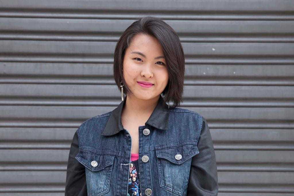 Wanita asia dengan model rambut bob pendek warna hitam menggunakan jaket denim biru