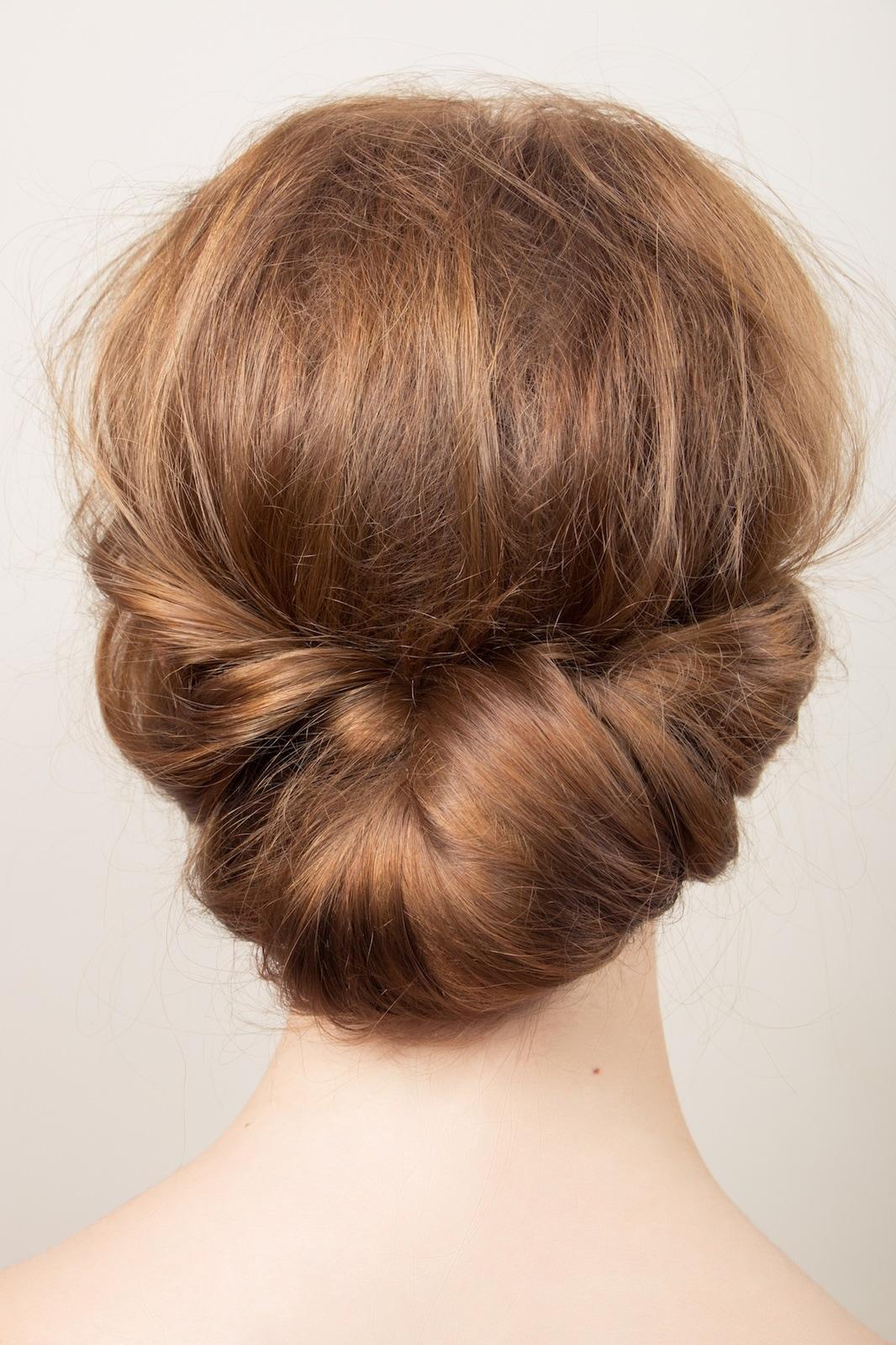 Gaya rambut pesta pernikahan chignon modern.