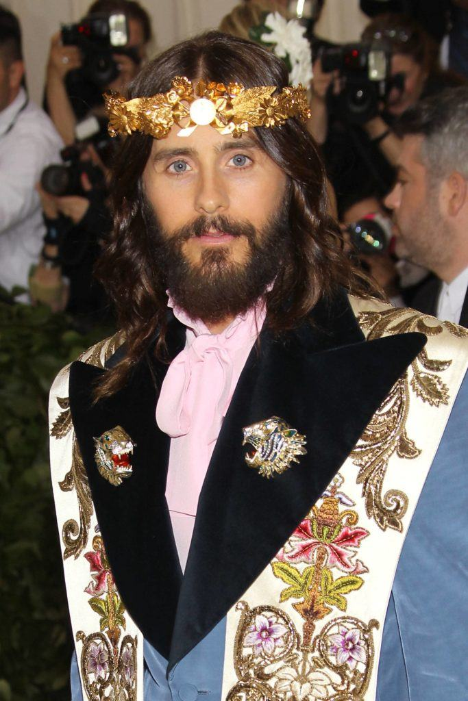jared-leto-crown rambut panjang ikal.