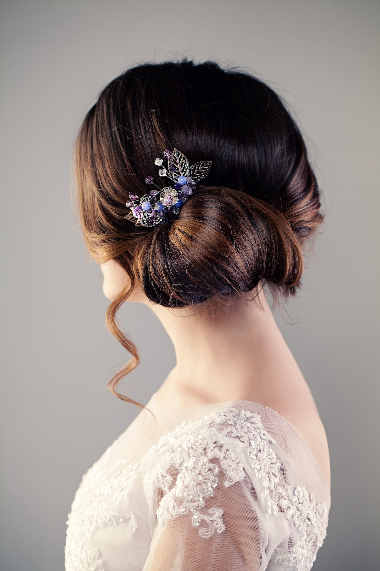 Gaya rambut pesta pernikahan side chignon.