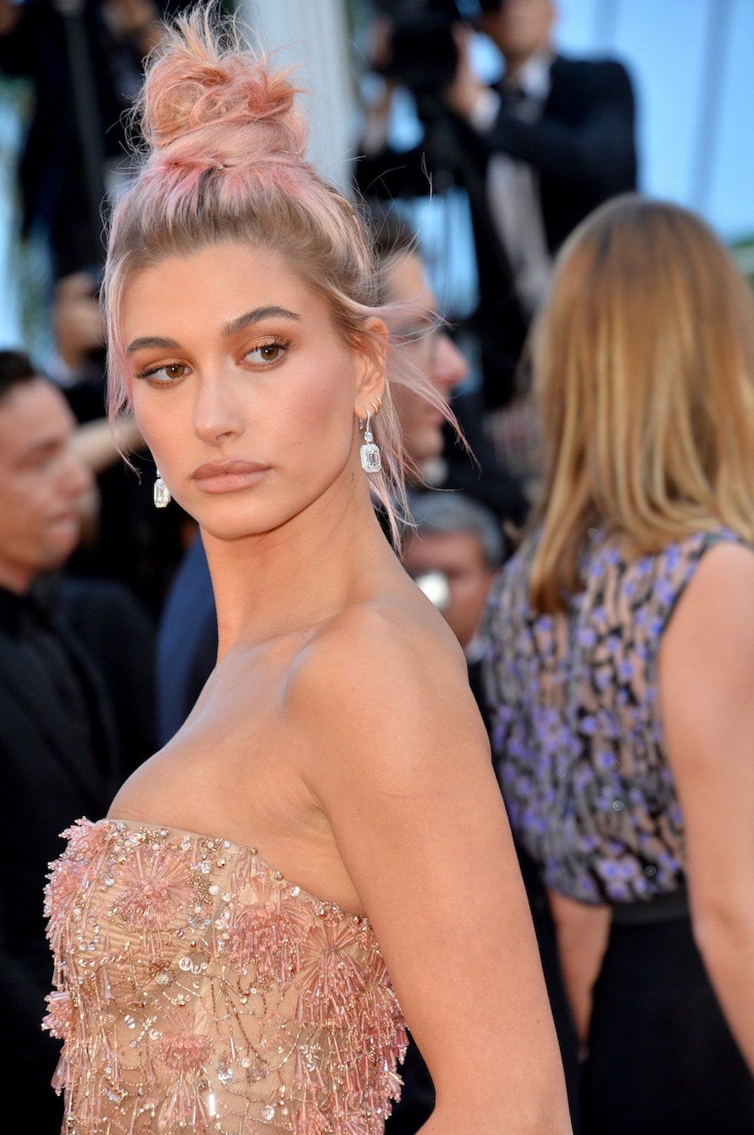 Hailey Baldwin gaya rambut top knot Cannes Film Festival 2018.