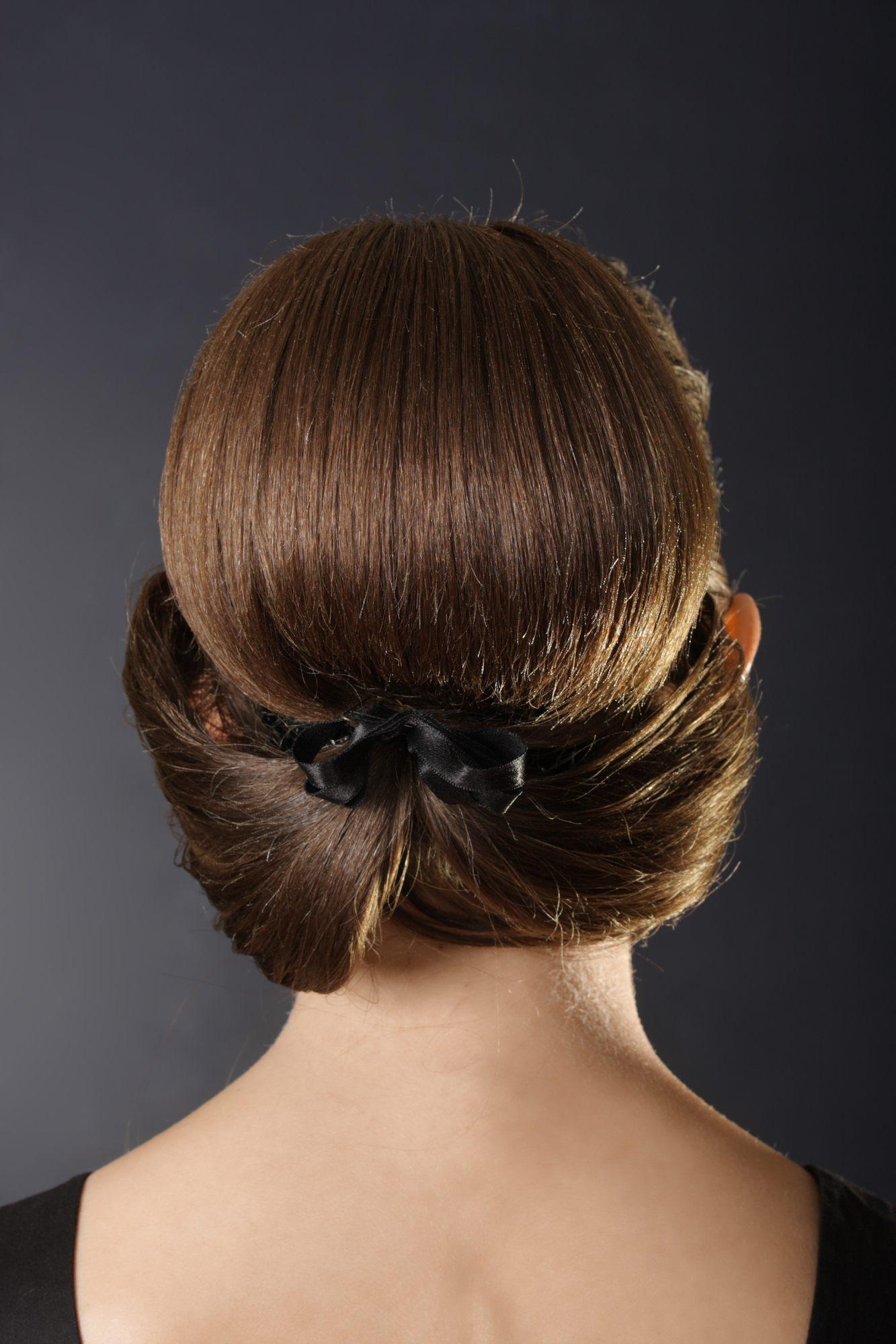 Gaya rambut pesta chignon modern rambut pendek.