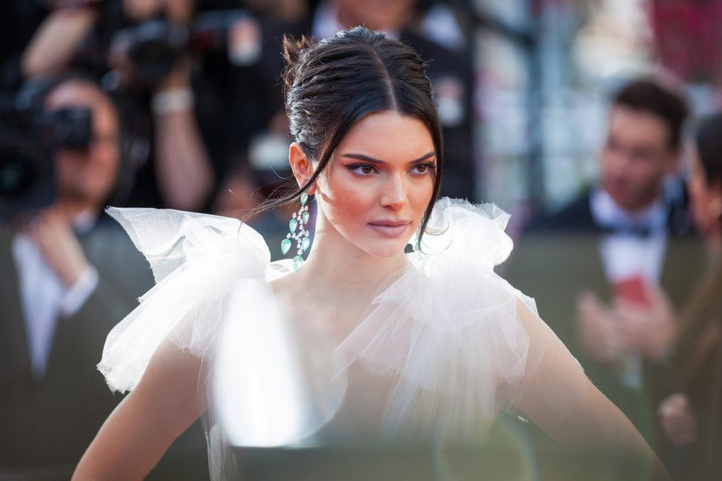 Gaya rambut sanggul middle parted Kendall Jenner Cannes Film Festival 2018.