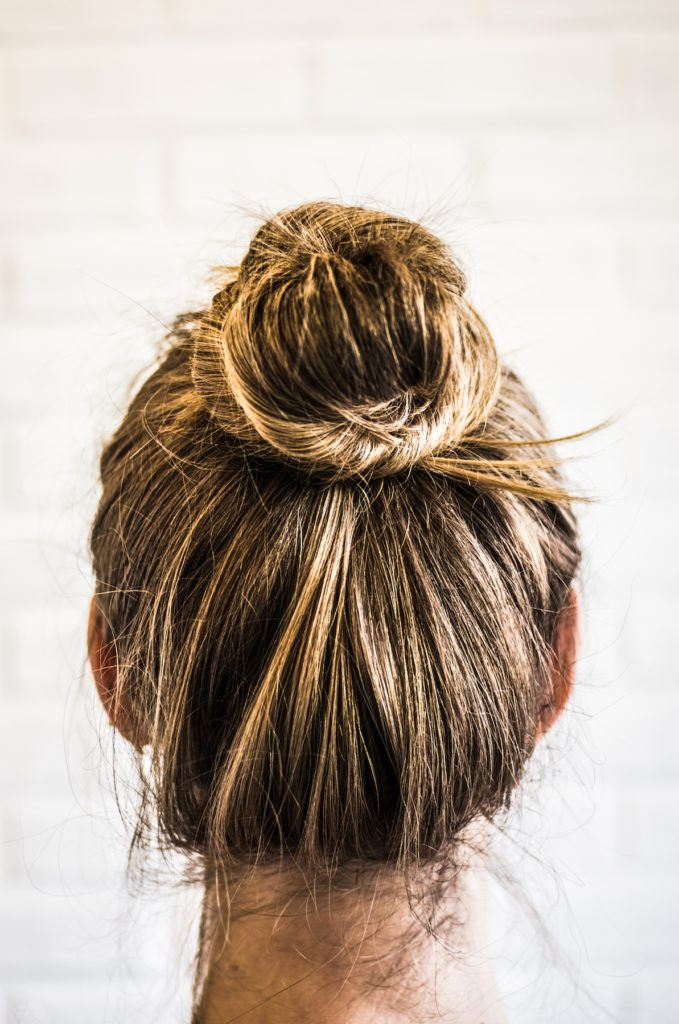 Gaya rambut messy bun yoga hairstyles.