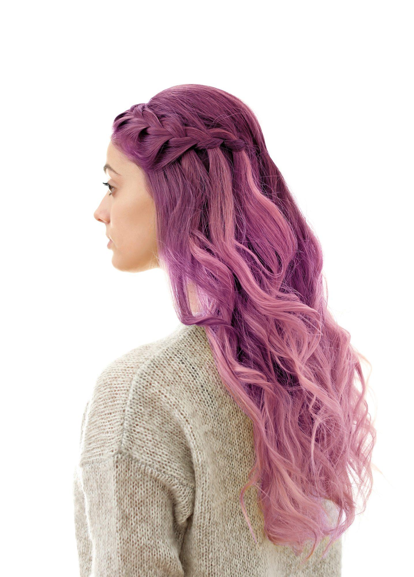 Half french braid panjang ikal tatanan rambut panjang sehari-hari.