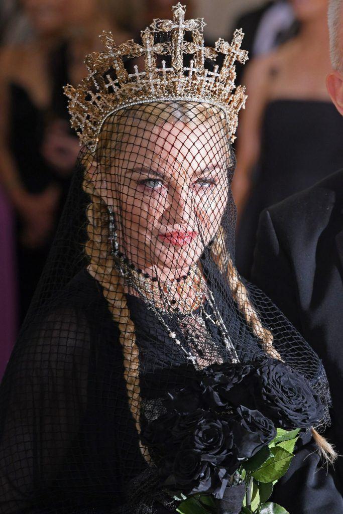 Madonna dengan model rambut pigtails-crown.