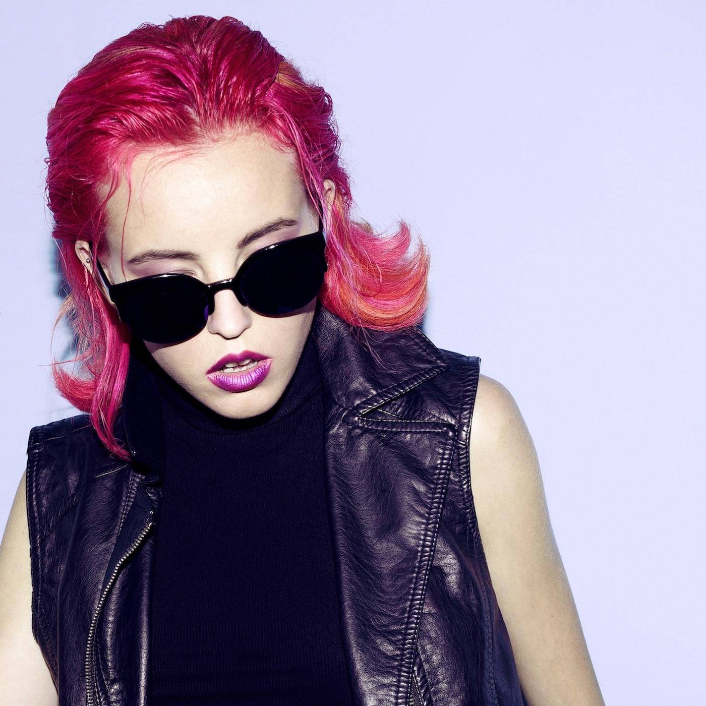 Model rambut pendek terbaik shocking pink.