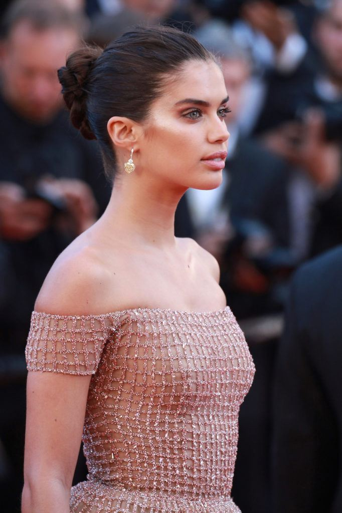 Sara Sampaio braided bun simple Cannes Film Festivals 2018.