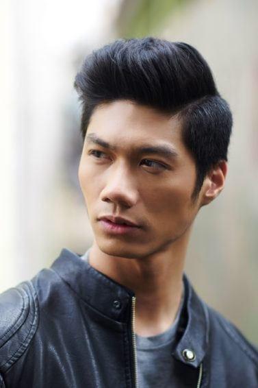 Model rambut belah samping side parting dengan warna rambut hitam
