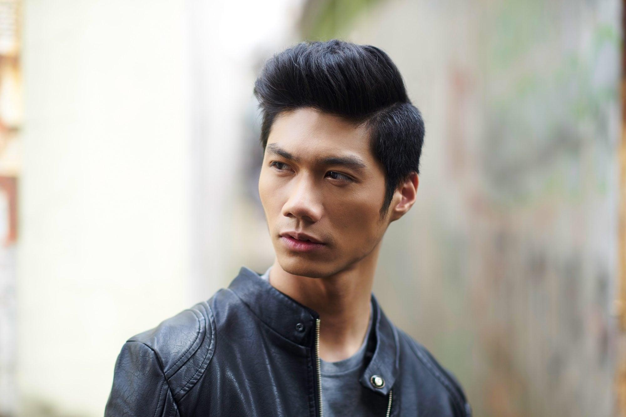 Pria asia dengan rambut hitam gaya rambut quiff side parting.