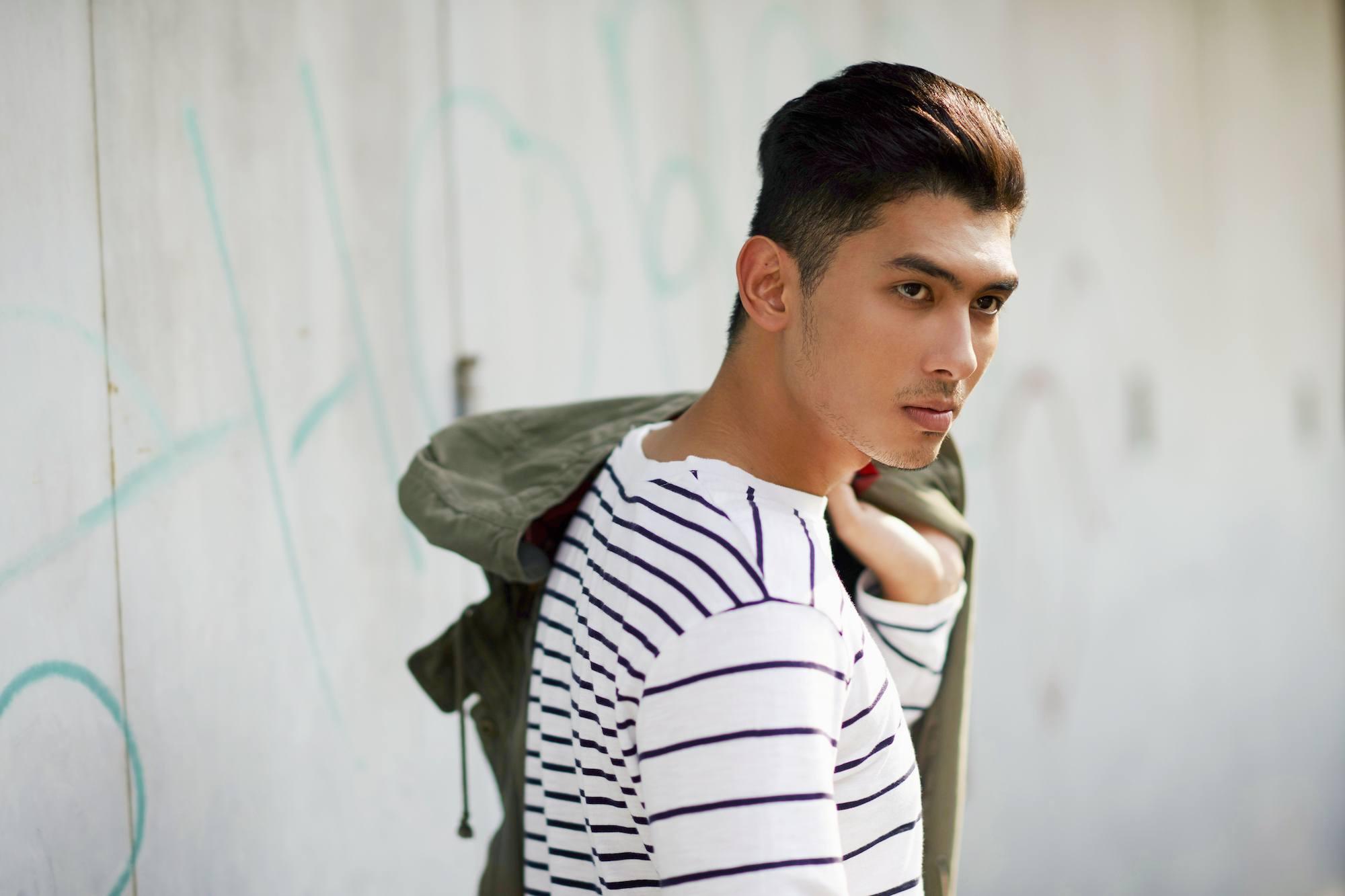Pria asia dengan rambut hitam pendek gaya rambut pendek pria comb over