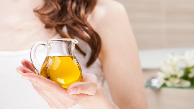 Wanita asia menggunakan grapeseed oil
