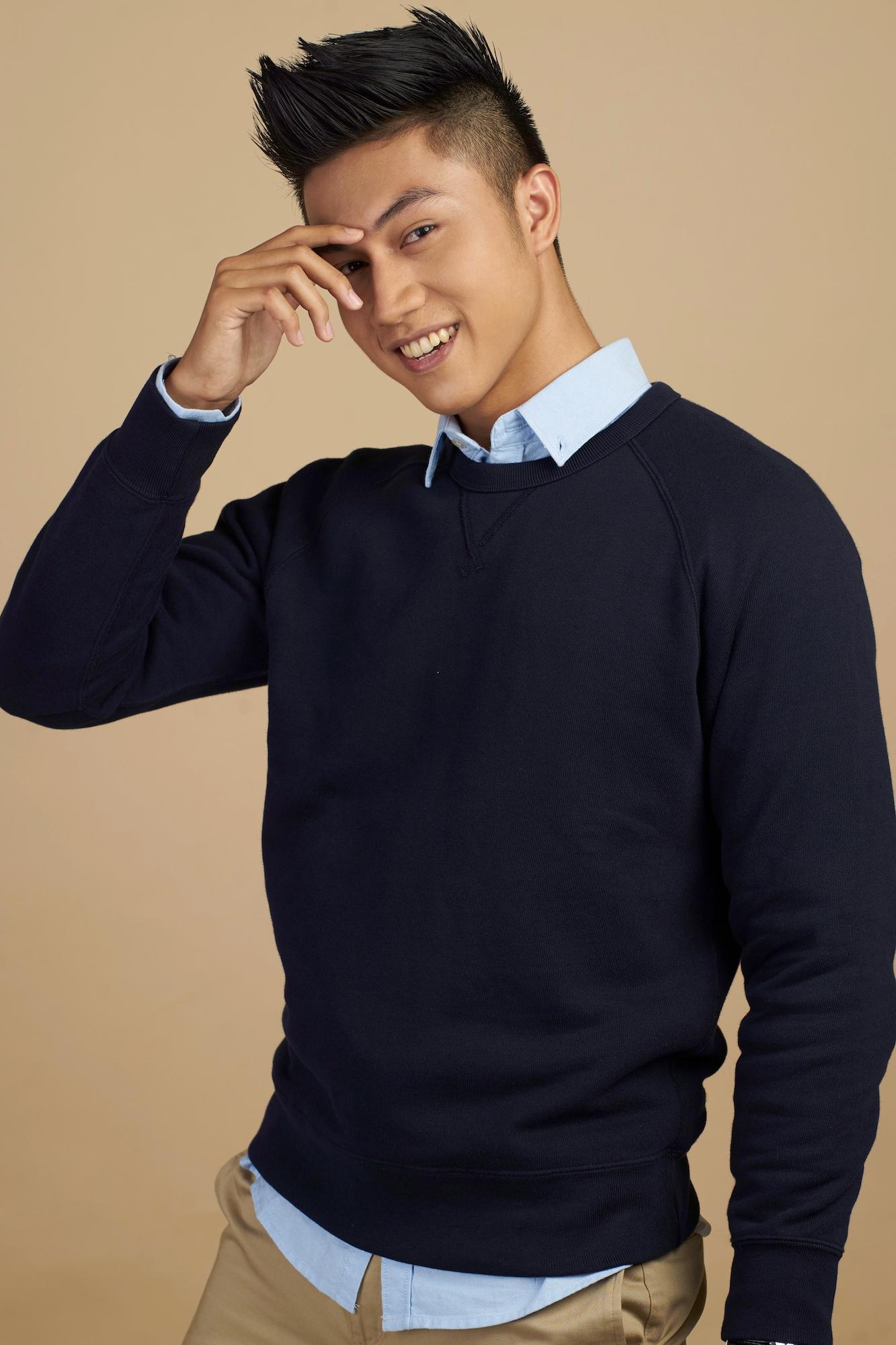 Pria asia dengan model rambut faux gawk dan sweater hitam kemeja biru Gaya
