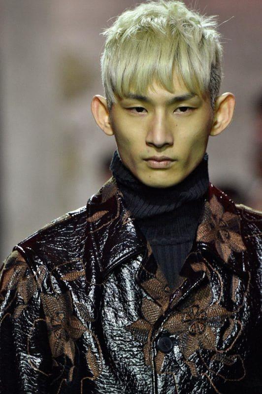 Pria Asia dengan model rambut pria terbaru gaya bertekstur warna bleach.