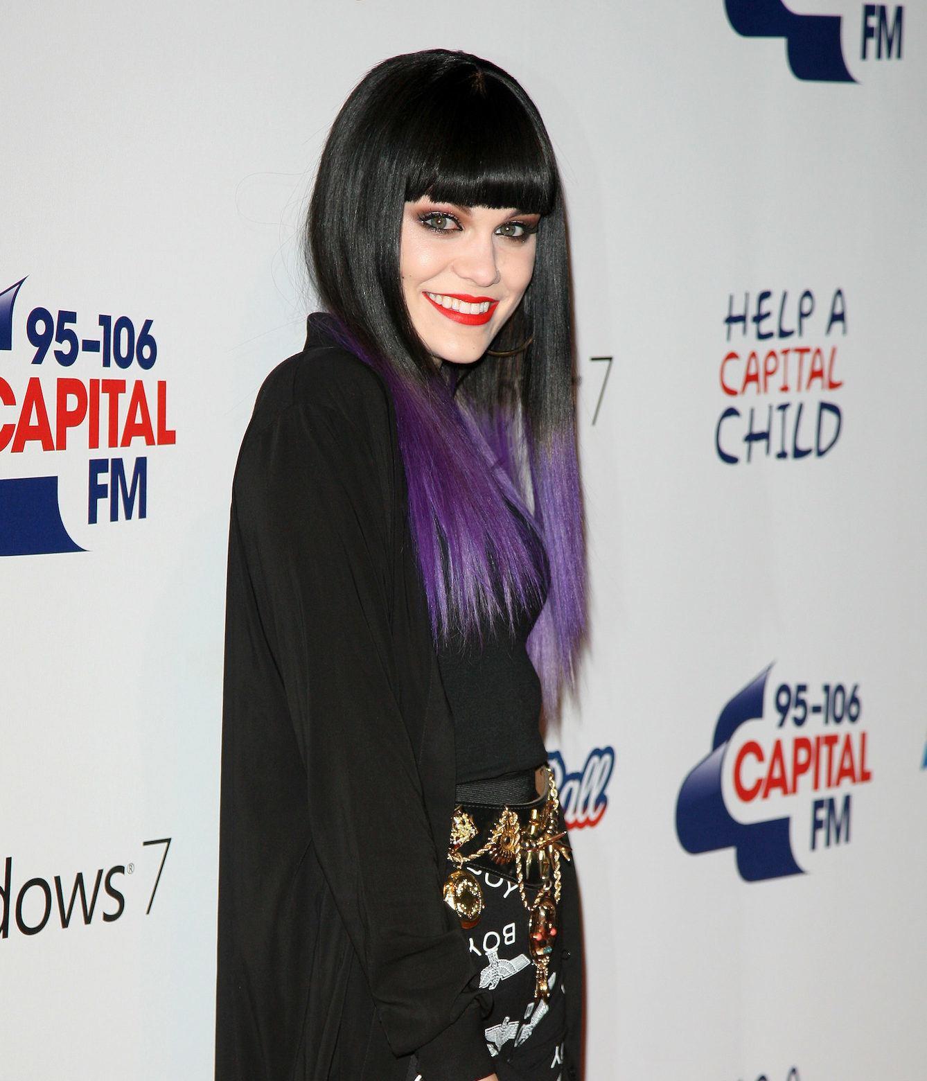 Jessie J dengan rambut dua warna ungu dan hitam.