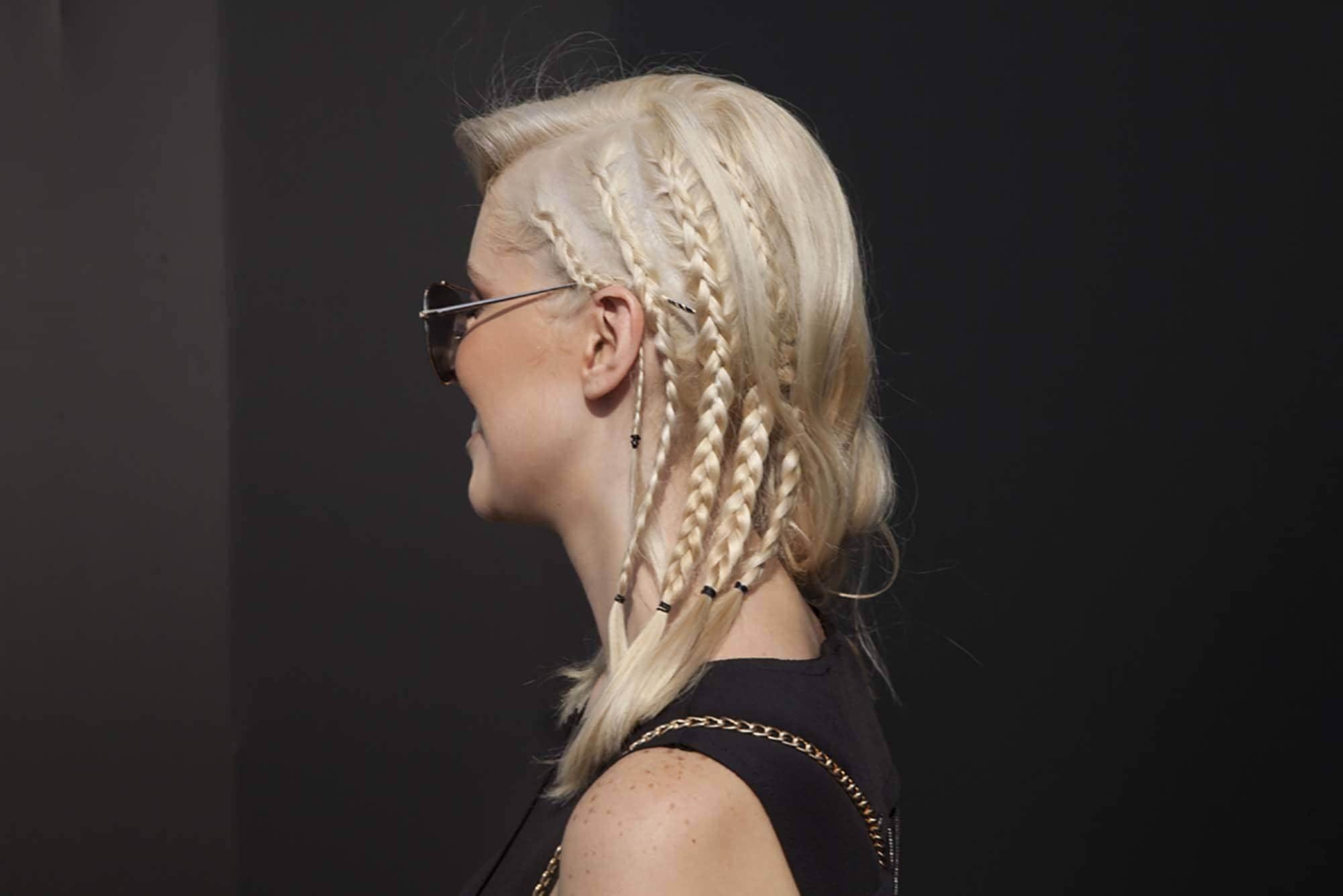Wanita kaukasia dengan model rambut baby braid.
