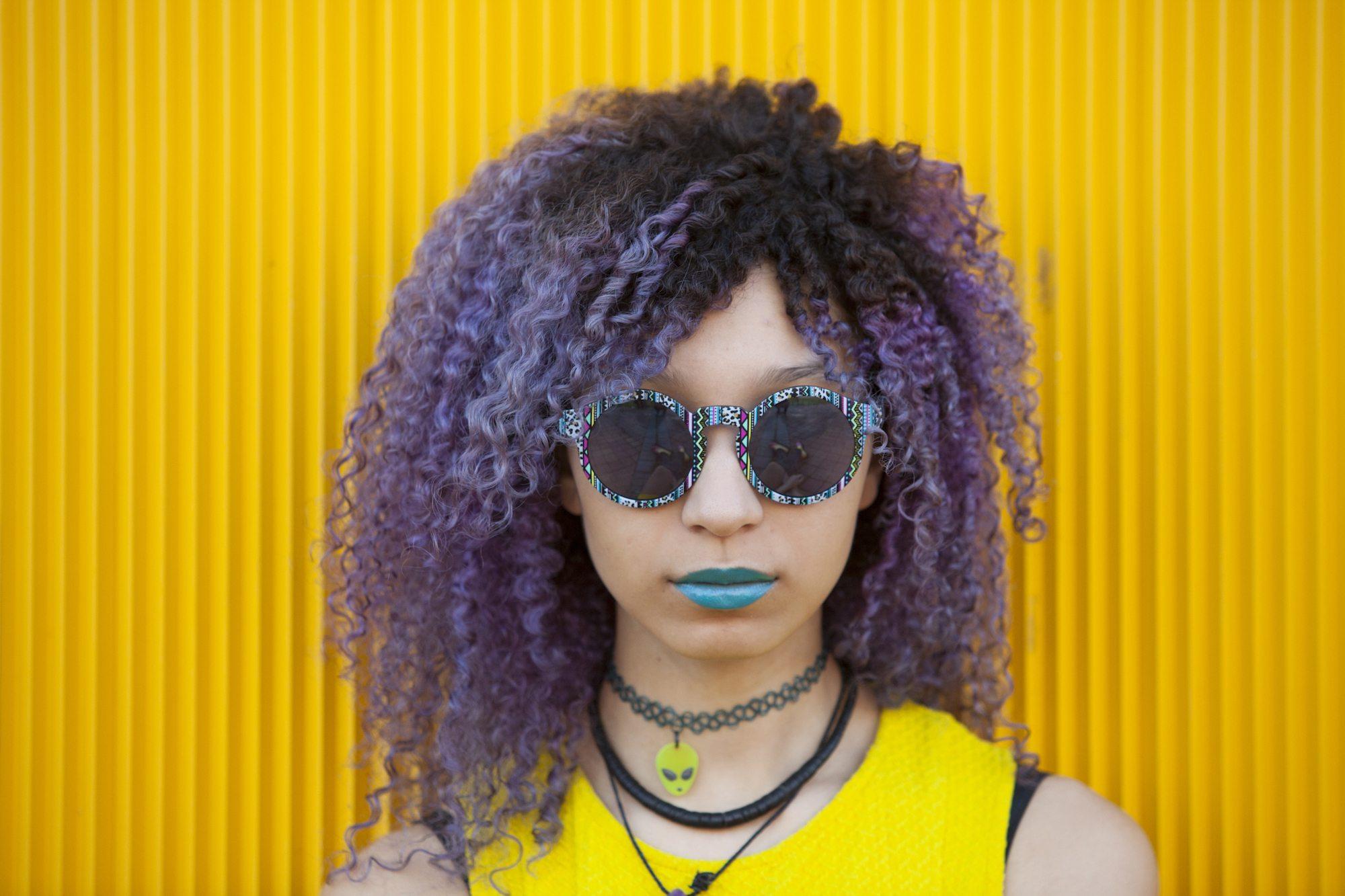 Akar rambut hitam dan lavender rambut dua warna.