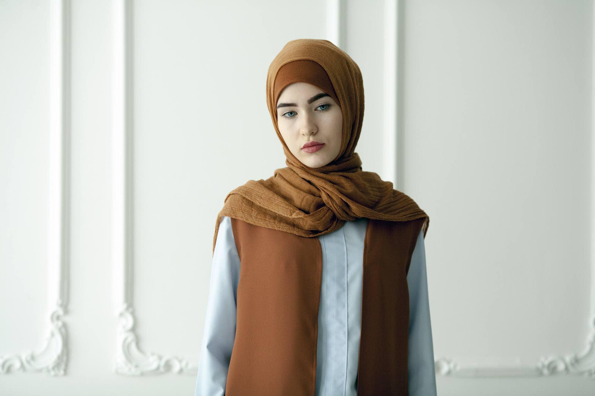 Mipster dengan outer serasi dengan hijab.