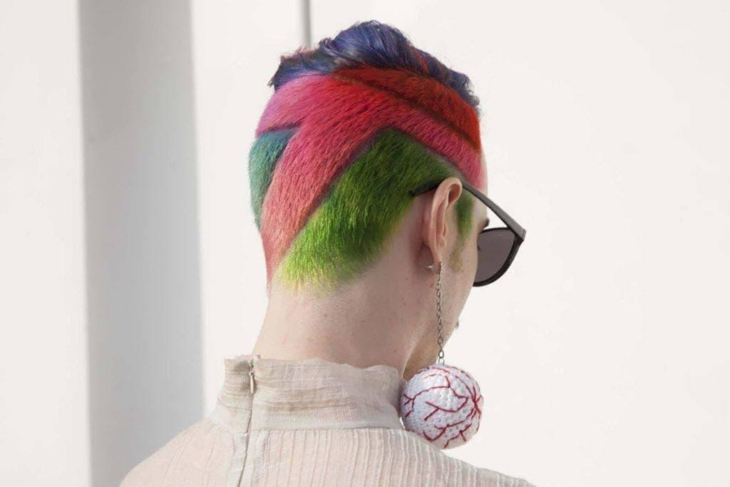 Warna rambut pelangi dengan warna vibrant pada rambut pendek.