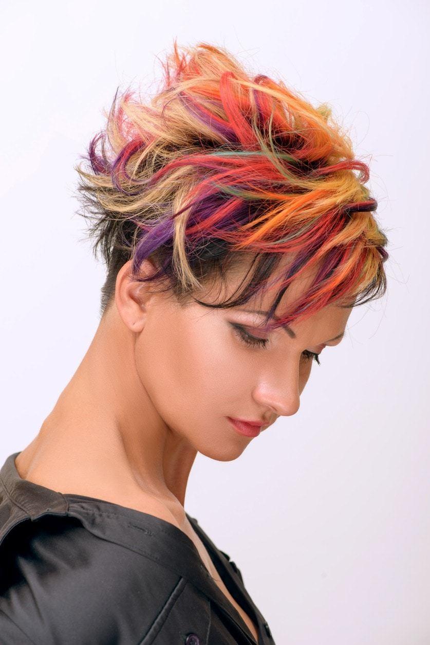 Campuran warna vivid warna rambut pelangi.