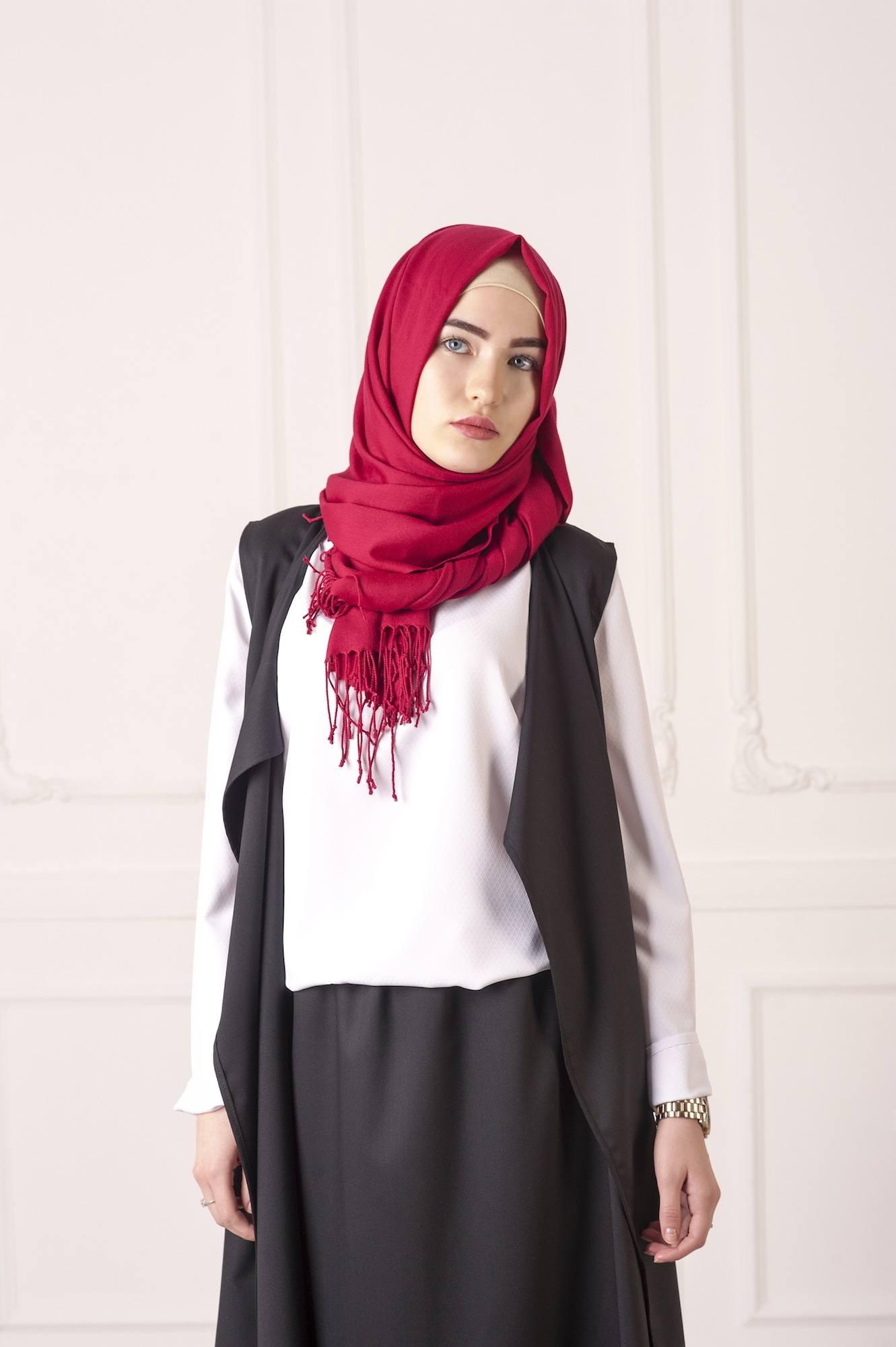 Mipster dengan outer dan warna hijab yang kontras.