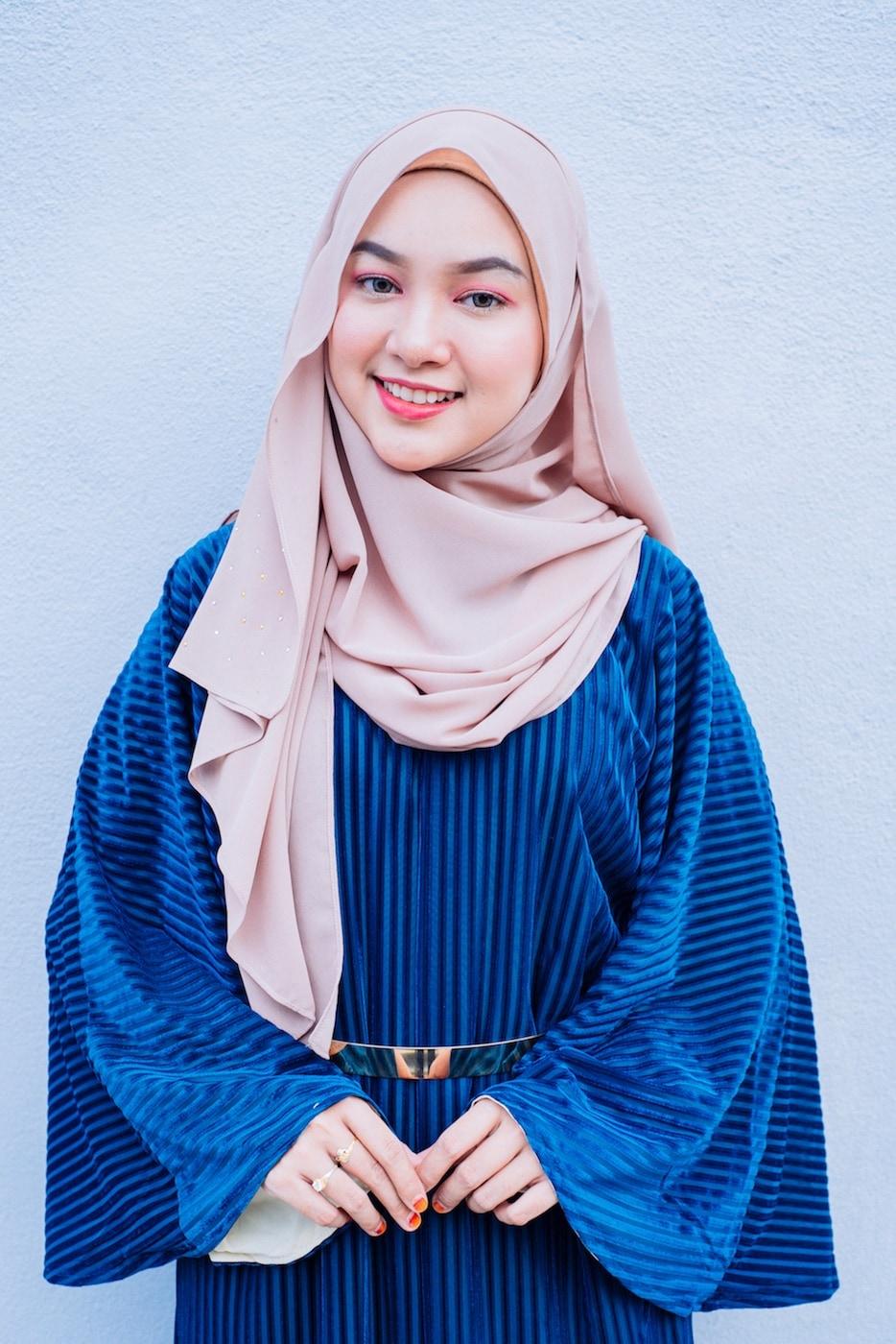 Mipster dengan warna hijab dusty pink dan warna baju biru