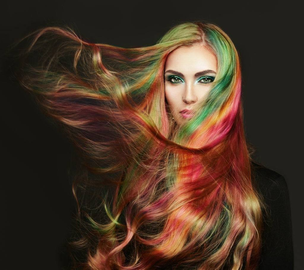 Warna rambut pelangi pada rambut panjang.