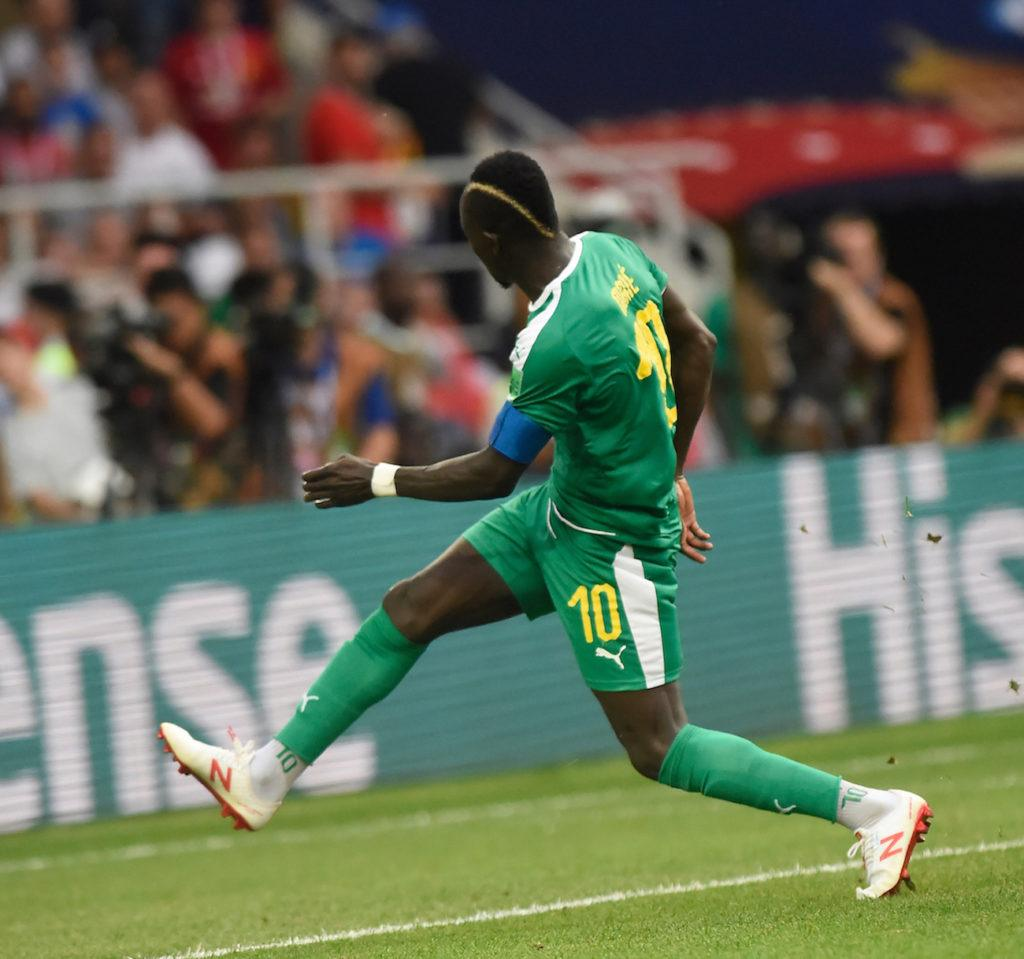Sadio Mane gaya rambut disconnected dengan gold line pemain timnas World Cup 2018.