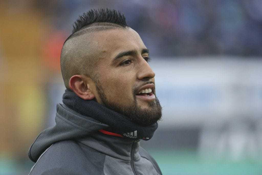 Arturo vidal dengan gaya rambut spike.