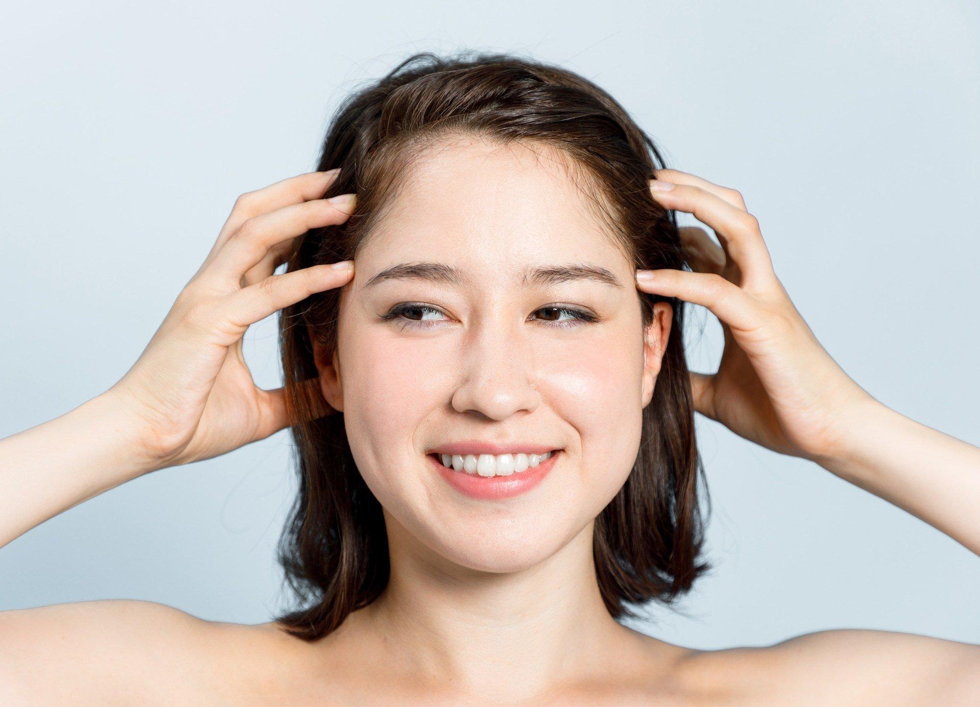 wanita Asia menggaruk kepala